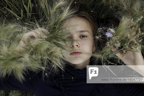 Russland  Omsk  Porträt eines Mädchens (12-13) im Laub