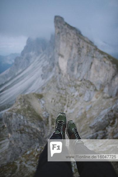 Italien  Dolomiten  Seceda-Berg  Niedrigschnitt des Menschen nahe dem Seceda-Berg in den Dolomiten