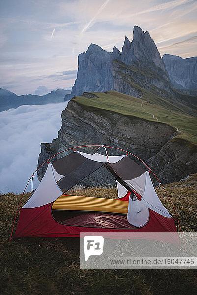 Italien  Dolomiten  Seceda-Berg  Zelt am Seceda-Berg in den Dolomiten