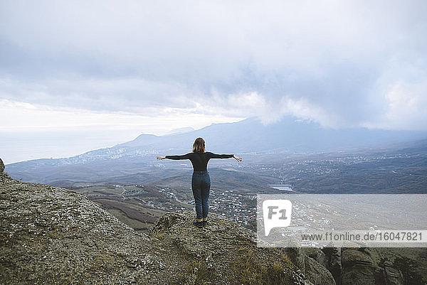 Ukraine  Krim  Junge Frau betrachtet Tal im Krimgebirge