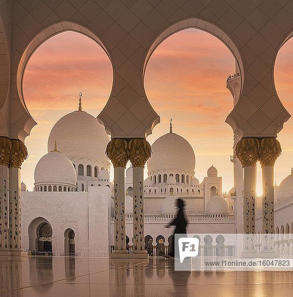 Vereinigte Arabische Emirate  Abu Dhabi  Moschee bei Sonnenuntergang