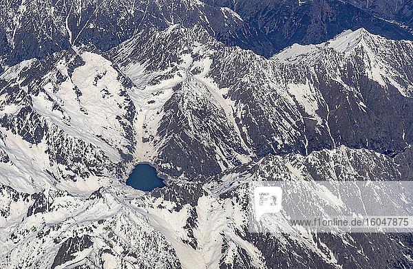 Schweiz  Kanton Wallis  See inmitten schneebedeckter Berge
