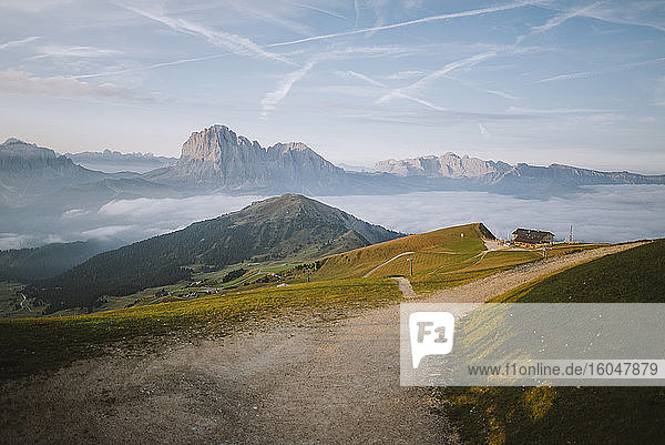 Italien  Dolomiten  Blick auf ein kleines Dorf in den Dolomiten bei Sonnenaufgang