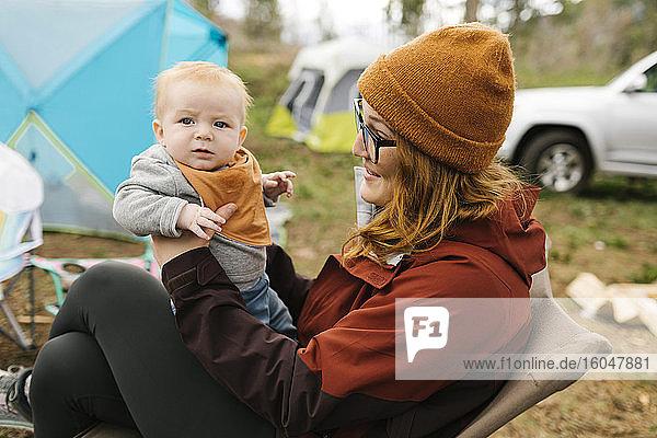 USA  Utah  Uninta Wasatch Cache National Forest  Mutter hält Sohn (6-11 Monate) auf dem Campingplatz