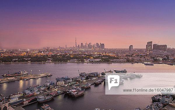 Vereinigte Arabische Emirate  Dubai  Boote auf dem Dubai Creek und Skyline bei Sonnenuntergang