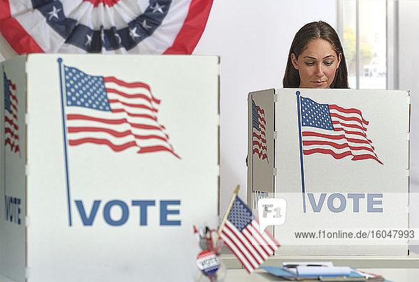 Frau wählt im Wahllokal