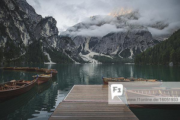Italien  Holzboote vertäut an der Mole am Pragser Wildsee in den Dolomiten