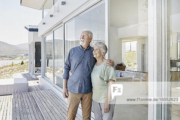 Glückliches älteres Paar in einem luxuriösen Strandhaus Glückliches älteres Paar in einem luxuriösen Strandhaus
