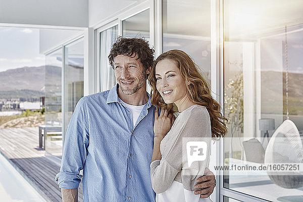 Paar in luxuriösem Strandhaus genießt die Aussicht Paar in luxuriösem Strandhaus genießt die Aussicht