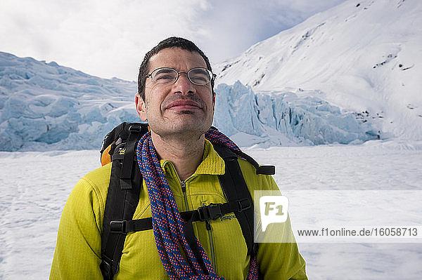 Jeff Benowitz beim Skifahren vor dem Portage Gletscher  Süd-Zentral-Alaska  Winter