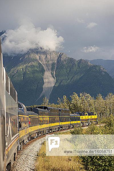 Reiseführer und Menschen  die mit dem Alaska-Eisenbahnzug auf dem Weg zum Denali-Nationalpark fahren.