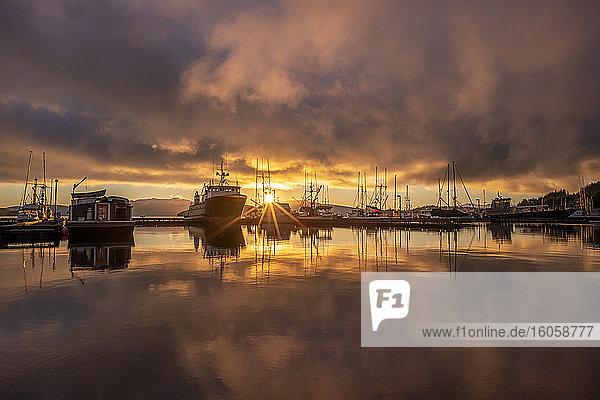 Kommerzielle Fischerboote in Auke Bay bei Sonnenuntergang  Südost-Alaska; Juneau  Alaska  Vereinigte Staaten von Amerika