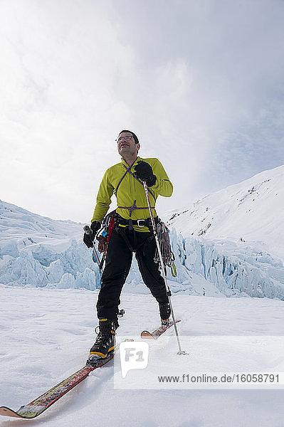Porträt von Jeff Benowitz  geschossen vor dem Portage Glacier  Süd-Zentral-Alaska  Winter