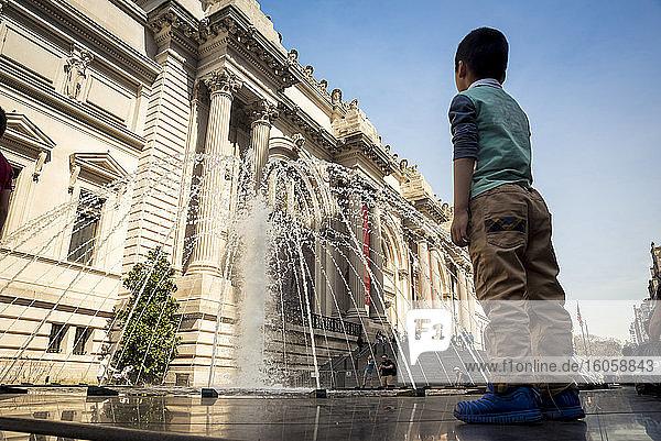 Junge vor dem Brunnen im Metropolitan Museum of Art  Upper East Side; Manhattan  New York  Vereinigte Staaten von Amerika