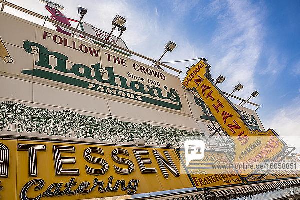 Nathan's Famous Hot Dogs; Coney Island  Brooklyn  New York  Vereinigte Staaten von Amerika