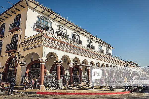Los Portales in Zocalo  oder Hauptplatz; San Cristobal de las Casas  Chiapas  Mexiko