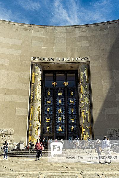 Fassade der öffentlichen Bibliothek von Brooklyn; Brooklyn  New York  Vereinigte Staaten von Amerika