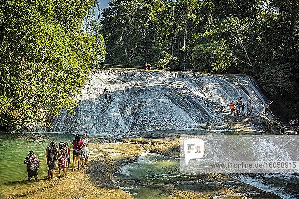 Touristen an den Roberto-Barrios-Wasserfällen; Chiapas  Mexiko