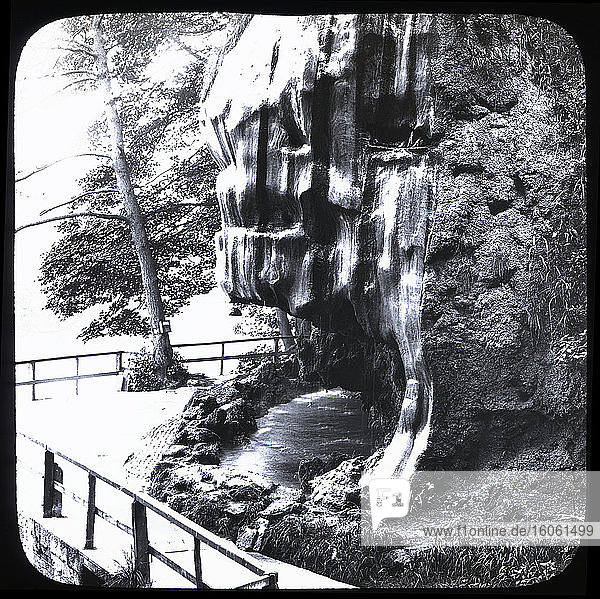 Laterna Magica-Dia um 1880.viktorianisch/ewardianisch.Sozialgeschichte. Diasatz: Tropfbrunnen  Mutter Shiptons Höhle Naresbro