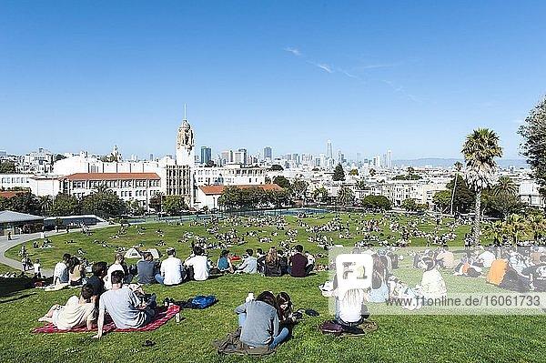 Viele Menschen chillen entspannt  Picknick im Dolores Park  Mission District  San Francisco  Kalifornien  USA  Nordamerika