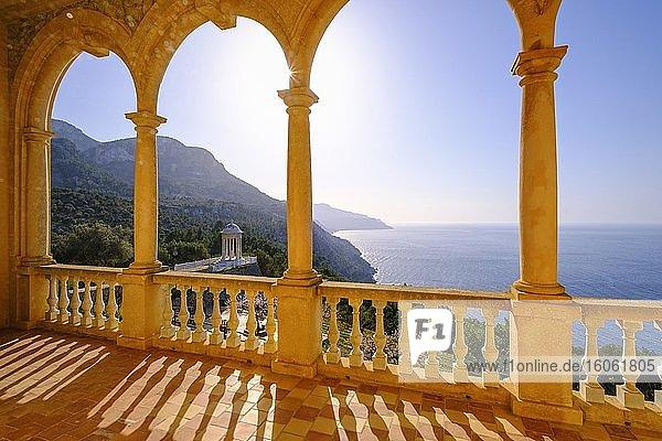 Aussicht von der Loggia vom Herrenhaus Son Marroig  bei Deia  Serra de Tramuntana  Mallorca  Balearen  Spanien  Europa