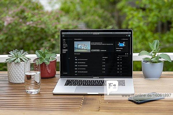 Homeoffice mit Laptop  Apple MacBook Pro mit iPhone X am Schreibtisch  Bildbearbeitung mit Adobe Photoshop  Deutschland  Europa