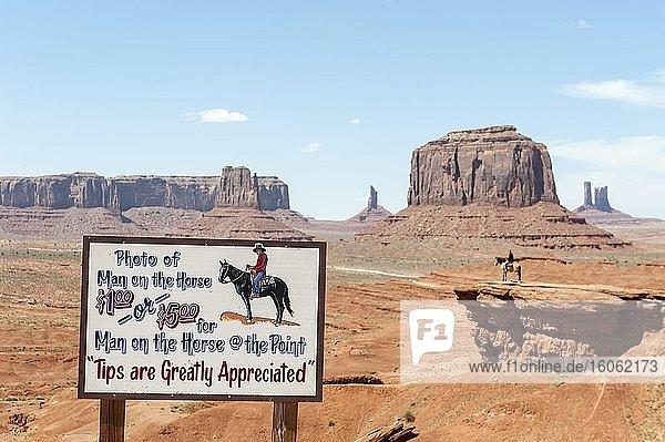 Kommerzialisierung  Tourismus  Schild Photo of man on the horse  Mann auf Pferd  Geologie  Erosionslandschaft  Tafelberge  John Ford's Point  Monument Valley  Navajo-Nation-Reservation  Arizona  USA  Nordamerika