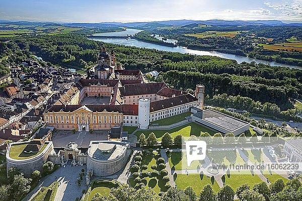 Stift Melk  Kloster  Benediktinerabtei  östereichischer Barock  erbaut 1702-1746  UNESCO Weltkulturerbe  hinten Fluss Donau  bei Melk  Wachau  Niederöstereich  Östereich
