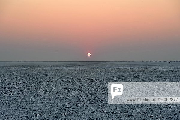 Weite Ebene der Makgadikgadi Salzpfannen bei Sonnenuntergang  Makgadikgadi-Nxai Nationalpark  Botswana  Afrika