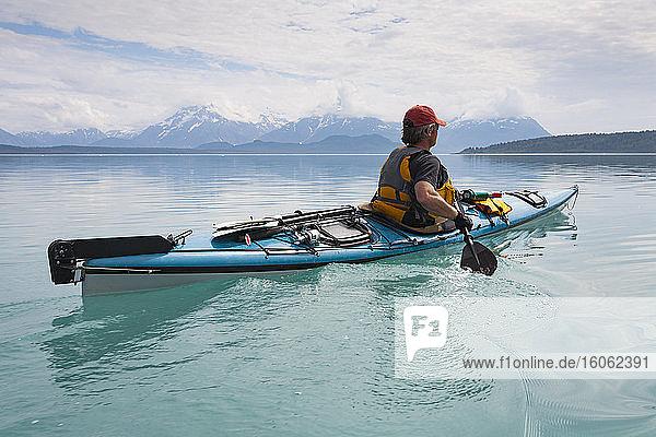 Seekajakfahrer im ruhigen Wasser einer Bucht in einem Nationalpark. Seekajakfahrer im ruhigen Wasser einer Bucht in einem Nationalpark.