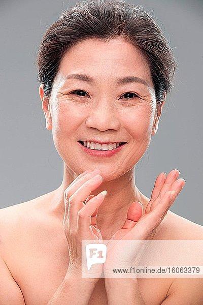 Schöne Frauen mittleren Alters und alte Frauen tragen Make-up
