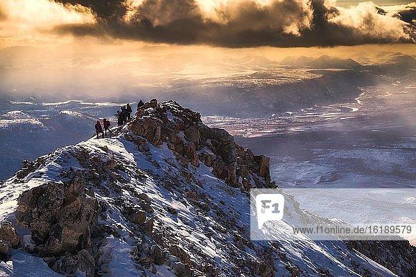Bergsteiger auf einem Gipfel im Sayan Gebirge an der Grenze zu Russland,  Provinz Khuvsgul,  Mongolei,  Asien