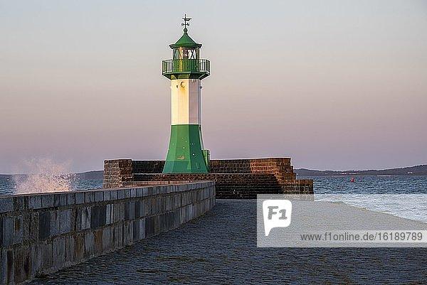 Leuchtturm  Leuchtfeuer  Hafeneinfahrt Saßnitz  Insel Rügen  Mecklenburg-Vorpommern  Deutschland  Europa
