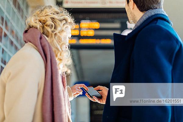 Ehepaar überprüft Smartphone am Bahnhof  Firenze  Toskana  Italien