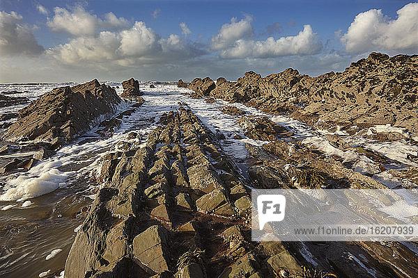 Brandung  die auf eine felsige Atlantikküste rollt  bei Widemouth Bay  in der Nähe von Bude  Cornwall  Südwestengland  Vereinigtes Königreich  Europa
