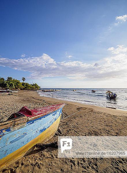 Fischerboote am Frenchman's Beach  Treasure Beach  Saint Elizabeth Parish  Jamaika  Westindische Inseln  Karibik  Mittelamerika