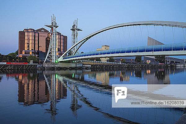 Lowry Bridge und Quay West bei MediaCity UK  Salford Quays  Salford  Manchester  England  Vereinigtes Königreich  Europa