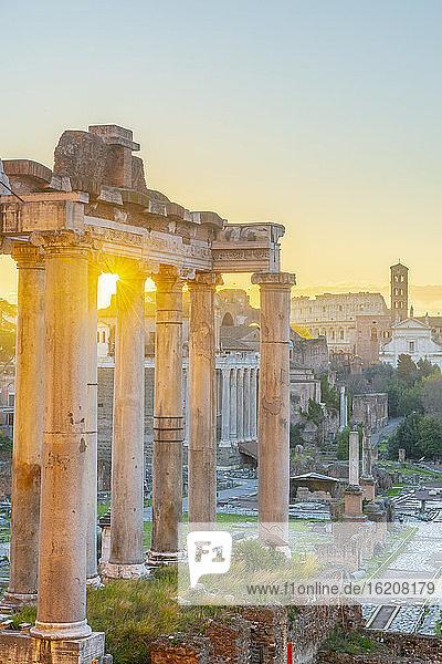 Forum bei Sonnenaufgang  UNESCO-Weltkulturerbe  Rom  Latium  Italien  Europa