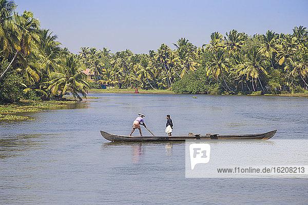 Männer in Einbaumkanu  Backwaters  Kollam  Kerala  Indien  Asien