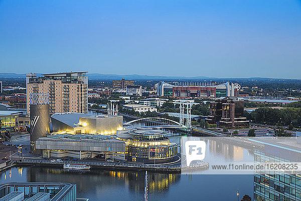 Blick auf die Salford Quays mit Blick auf das Lowry-Theater und Old Trafford  Manchester  England  Vereinigtes Königreich  Europa