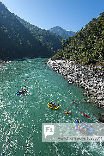 Flöße und Kajaks treiben den Karnali-Fluss im Westen Nepals  Asien