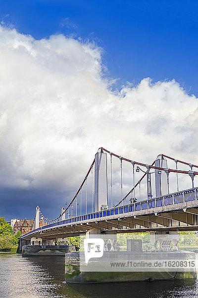 Blick auf die Chelsea Bridge  Chelsea und die Themse  Chelsea  London  England  Vereinigtes Königreich  Europa