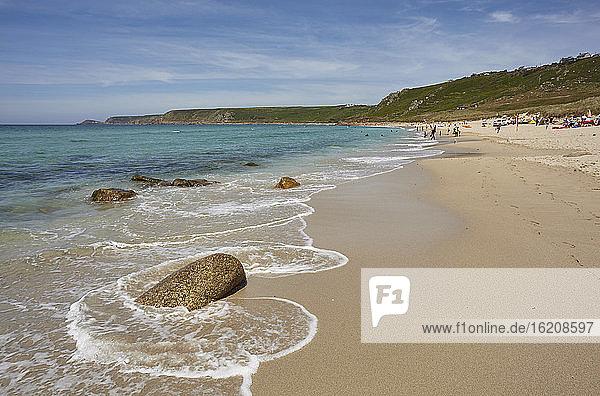 Der riesige Strand in Whitesand Bay  in Sennen Cove  mit Kap Cornwall in der Ferne  an der Atlantikküste von Westcornwall  England  Vereinigtes Königreich  Europa