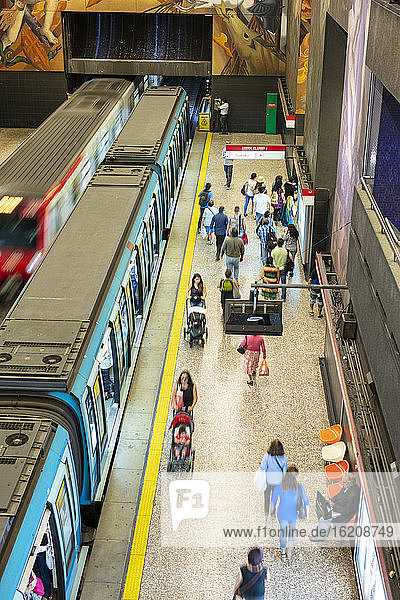 Eine U-Bahn-Station mit einem Bahnsteig für Züge und Pendler in der Station des Schnellbahnsystems der Metro de Santiago  Santiago  Chile  Südamerika