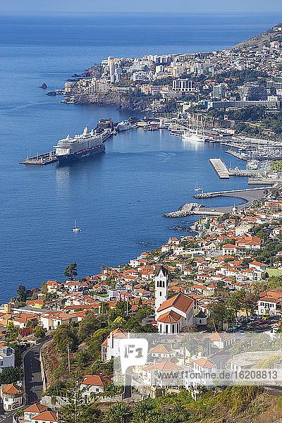 Ansicht der Kirche und des Hafens von Sao Goncalo  Funchal  Madeira  Portugal  Atlantik  Europa