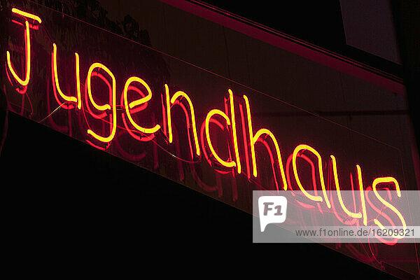 Deutschland  Blick auf eine Leuchtreklame in einem Jugendclub  Nahaufnahme Deutschland, Blick auf eine Leuchtreklame in einem Jugendclub, Nahaufnahme