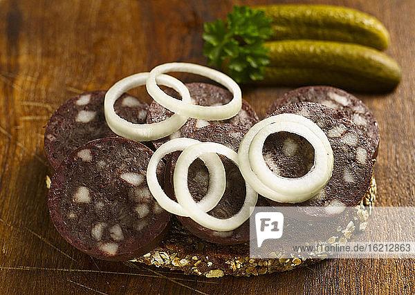 Brotscheibe mit Blutwurst und Zwiebelringen  Nahaufnahme
