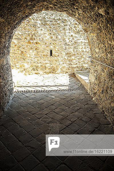 Mittelalterlicher Fußboden in der Heiligen Höhle  aus der Sainte Genvieve auf wundersame Weise eine Quelle entspringen ließ  Sainte Genevieve des bois  Frankreich