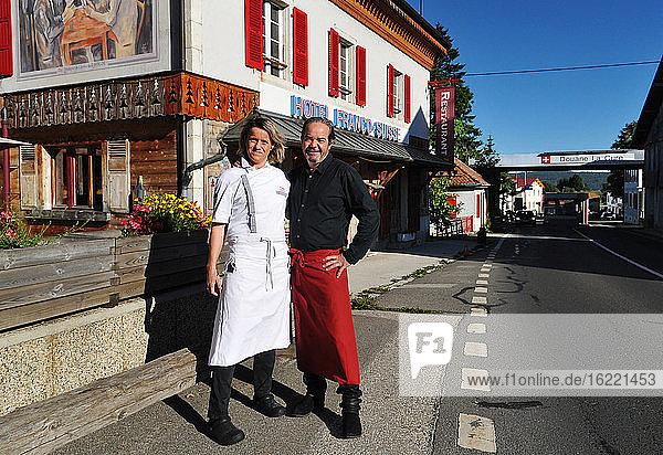 Schweiz  Waadt  Dorf La Cure  Alexandre und Berenice  Geschwister  Erben und Köchin des Hotels Arbez  das genau auf der Grenze zwischen der französischen Stadt Les Rousses und der Schweizer Stadt Saint-Cergues liegt.