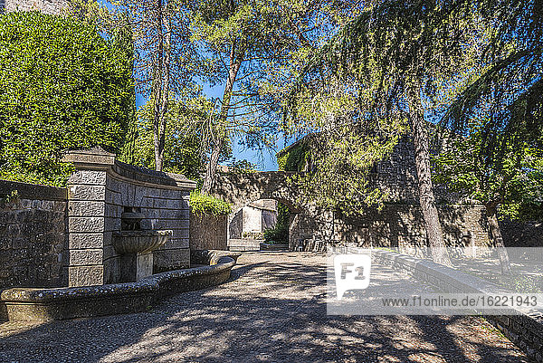 Spanien Katalonien  Girona  Passeig Arqueologic am Fuße der Stadtmauern